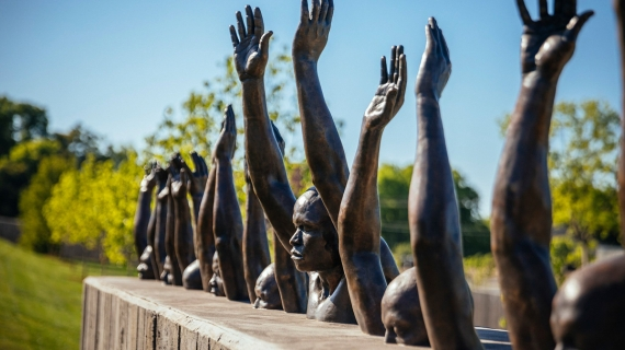 """Raise Up"" escultura de Hank Willis Thomas"